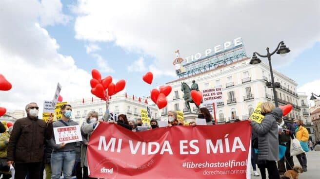 Concentración a favor de la eutanasia en Madrid.