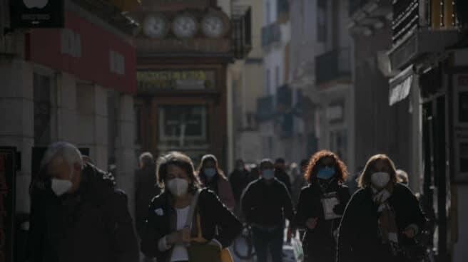 Personas caminando por una calle céntrica de Sevilla.