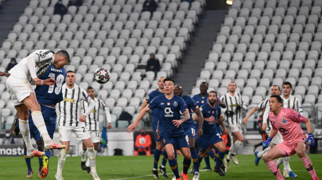 Cristiano Ronaldo remata un gol en el partido de Champions contra el Porto