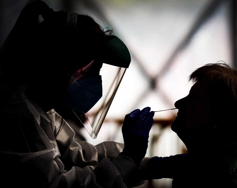 Un sanitario realiza una prueba de Covid-19 a un vecino de Legorreta (Guipúzcoa).