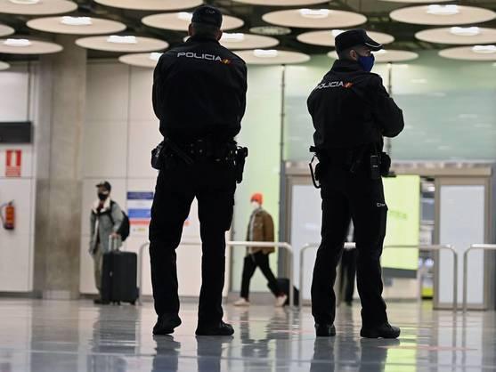 Dos policías en el aeropuerto de Barajas