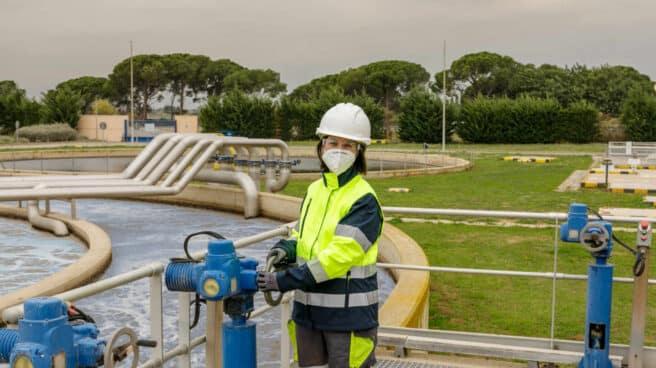 Operaria de Suez en Edar Cambrels en el Día Mundial del Agua