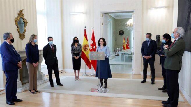 Isabel Díaz Ayuso con su equipo en rueda de prensa para convocar las elecciones en Madrid el 4 de mayo de 2021