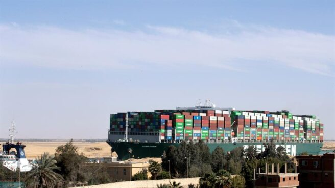 El buque Ever Given ya navega por el Canal de Suez.