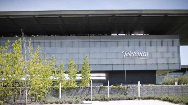 Vista exterior del edificio de la sede de Telefónica, situado en la Ronda de la Comunicación de Madrid