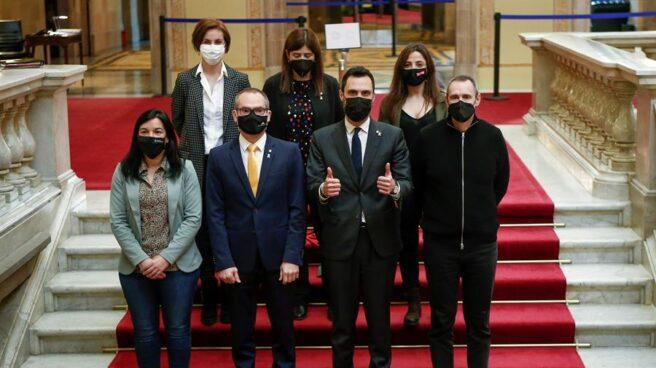 Miembros de la mesa querellados por desobediencia posan en el Parlament