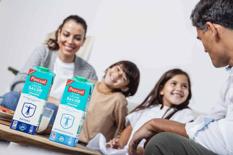 Familia disfrutando de leche Pascual y sus beneficios nutritivos, para el sistema inmunológico y todo el organismo