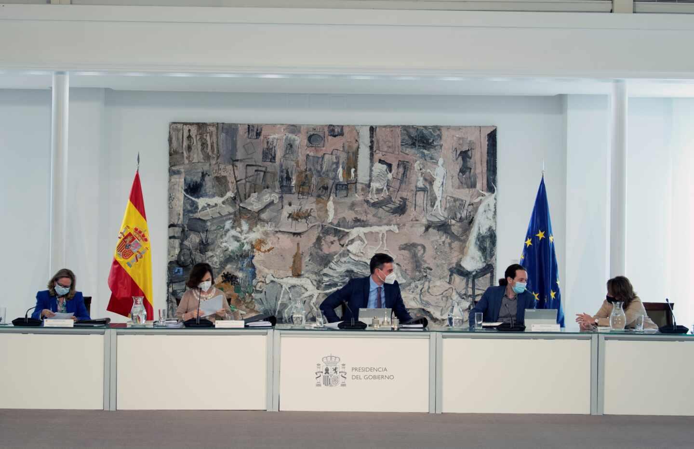 El jefe del Ejecutivo, Pedro Sánchez (c), preside el Consejo de Ministros acompañado por sus vicepresidentes Nadia Calviño (i), Carmen Calvo (2i), Pablo Iglesias y Teresa Ribera (d) el martes en el complejo de La Moncloa.