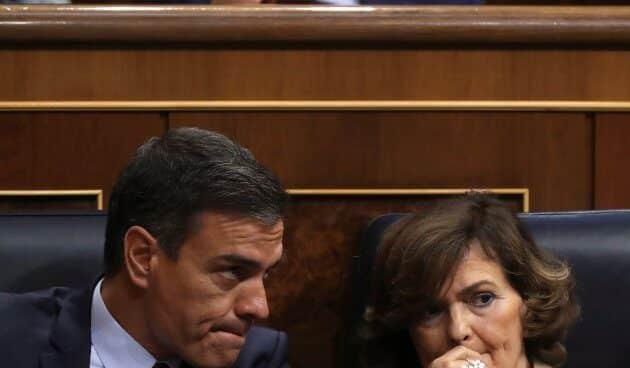 Pedro Sánchez y Carmen Calvo, sin mascarillas, en una imagen de archivo en el Congreso