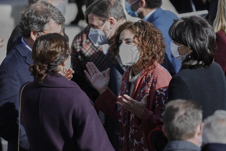 La ministra de Hacienda, María Jesús Montero, conversa con la presidenta de la Comunidad de Madrid, Isabel Díaz Ayuso.