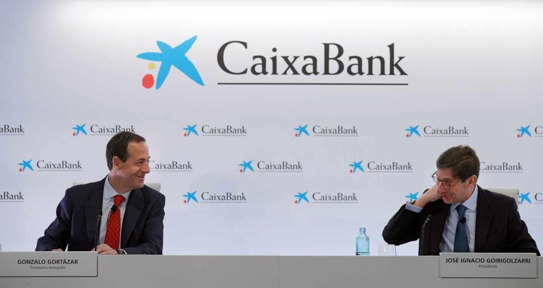 El nuevo presidente de CaixaBank, José Ignacio Goirigolzarri, (d) y el consejero delegado de la entidad, Gonzalo Gortázar