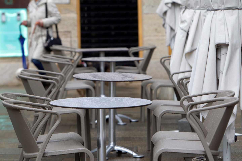 Una terraza de un bar vacía en Vigo.