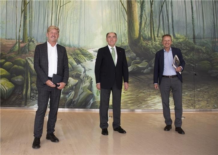 El presidente de Iberdrola, Ignacio Galán, junto al CEO del Grupo Volkswagen, Herbert Diess, y al presidente de SEAT S.A., Wayne Griffiths