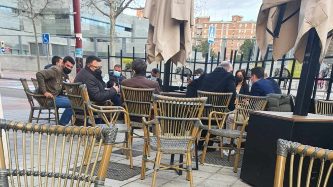 Imagen del vicepresidente de la Junta de Castilla y León y sus colaboradores en una terraza que han provocado la polémica