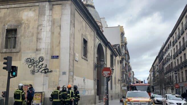 Los Bomberos actúan en el incendio en la parroquia de la calle Atocha.