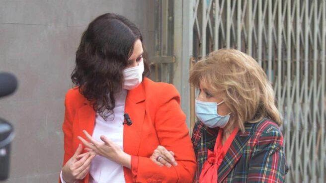 La presidenta de la Comunidad de Madrid, Isabel Díaz Ayuso, con María Teresa Campos, en el 'Campos Móvil'.