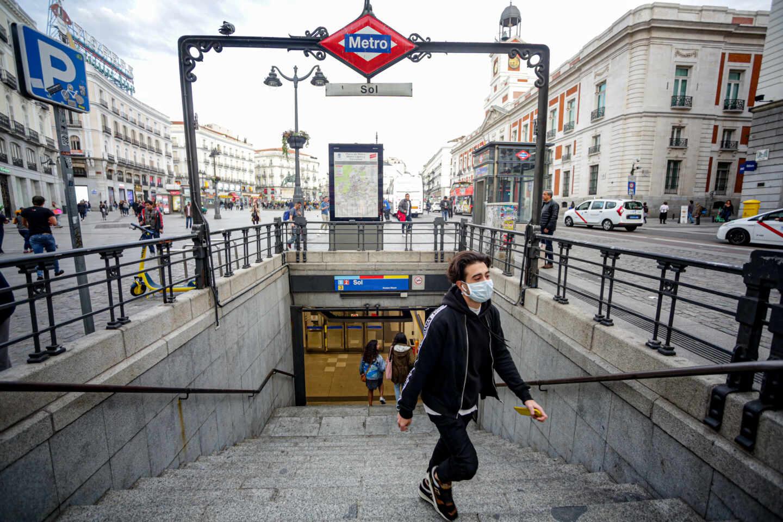 Un joven sale del Metro de Sol en Madrid.
