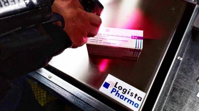 Pesaje de una caja de vacunas de Astrazeneca en instalaciones de Logista Pharma.