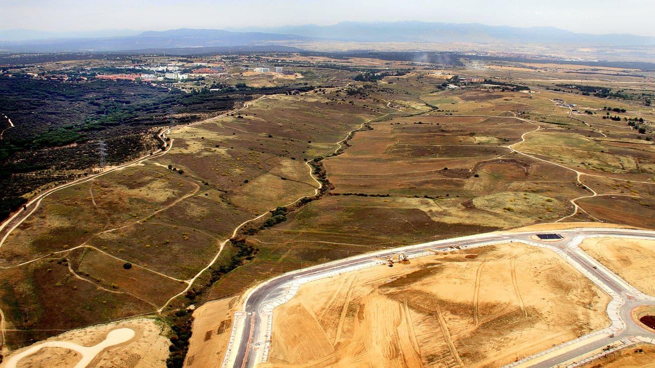 Vista aérea de los terrenos sobre los que está proyectado el plan urbanístico de Los Carriles, en Alcobendas (Madrid).