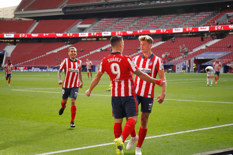 Luis Suárez y Marcos Llorente celebran un gol del Atlético de Madrid en el Wanda Metropolitano en un partido de LaLiga