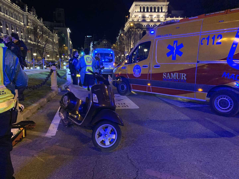 Efectivos de emergencias en la plaza de Cibeles, en Madrid, atendiendo este lunes a las víctimas de un accidente entre dos motos.
