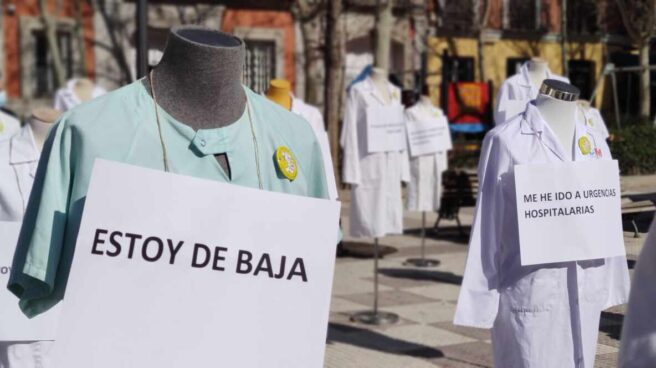 Maniquíes con bata de médico en la plaza de Chamberí el día de inicio de la huelga de atención primaria en Madrid.