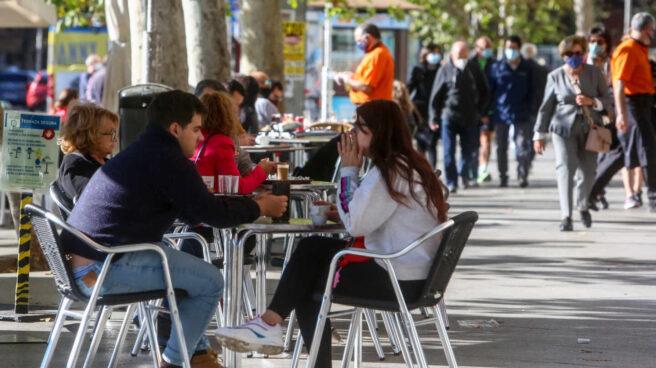 Comensales en las terrazas ubicadas en establecimientos del Paseo del Prado, en Madrid.