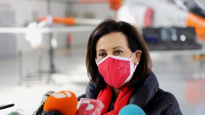 La ministra de Defensa, Margarita Robles, atiende a la prensa.