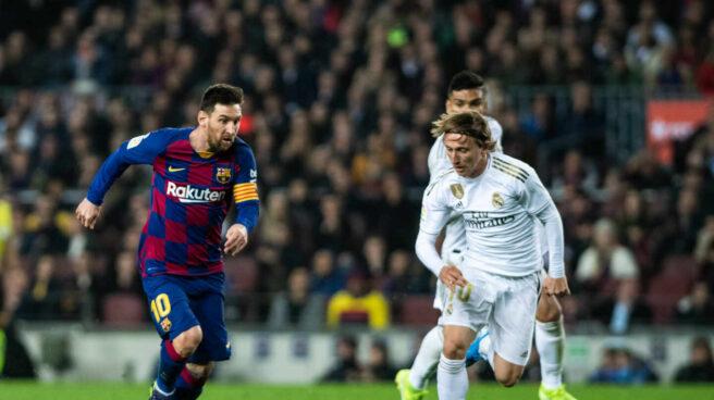 Messi y Modric disputan un balón en un Barça-Real Madrid