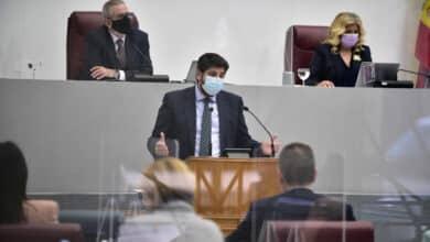 El PP salva la moción de censura en Murcia con el apoyo de los tres díscolos de Vox