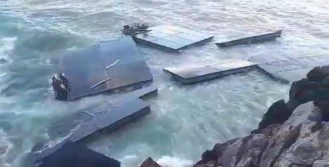 Muelle flotante del Ejército en Castro Urdiales.