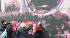 Colectivos vecinales cubren la pintura negra del mural de Ciudad Lineal con rostros de mujeres
