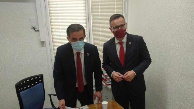 El nuevo alcalde, José Antonio Serrano, a la izquierda, junto al secretario general del PSRM, Diego Conesa