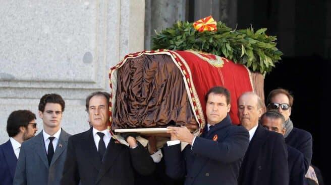 Nietos y bisnietos de Franco, trasladando el féretro con los restos del dictador tras la exhumación