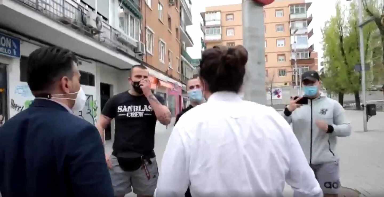 El líder de Unidas Podemos, Pablo Iglesias, se dirige a un un grupo de personas con estética de ultraderecha.