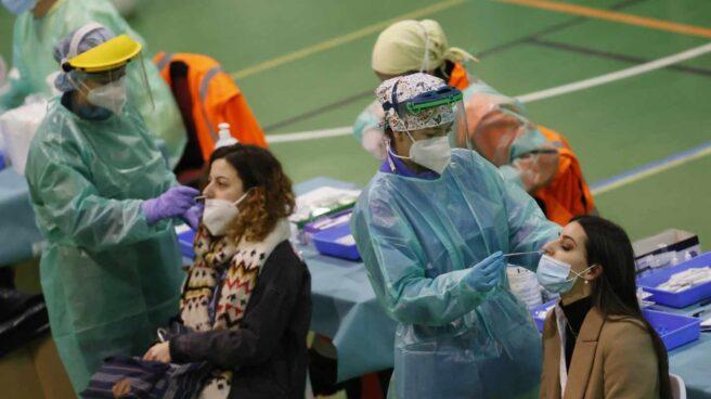Dos pacientes se hacen una prueba de coronavirus en un centro deportivo.