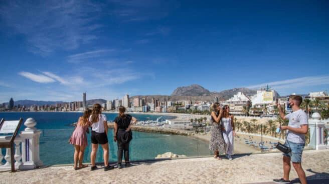Varias personas disfrutan en un mirador de Benidorm durante el Día Mundial del Turismo 2020