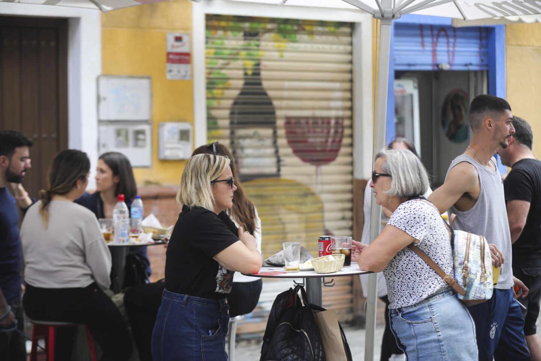 Personas en una terraza de un bar en Sevilla.