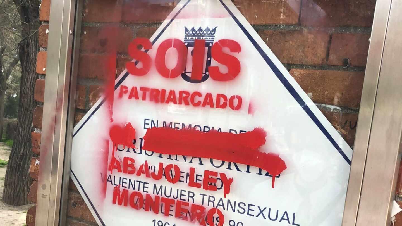 """Placa de La Veneno en el Parque del Oeste, vandalizada con el mensaje """"sois patriarcado, abajo Ley Montero"""""""