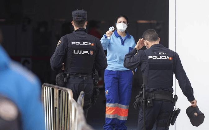 Policías nacionales acceden al centro de vacunación en Sevilla.