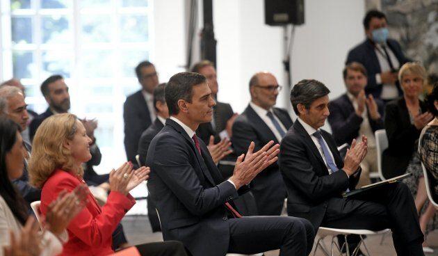 La vicepresidenta de Asuntos Económicos, Nadia Calviño, junto al presidente del Gobierno, Pedro Sánchez y el presidente de Telefónica, José María Álvarez-Pallete.