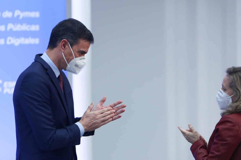 El presidente del Gobierno, Pedro Sánchez, junto a la vicepresidenta de Asuntos Económicos, Nadia Calviño.