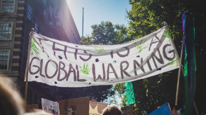 "Pancarta que dice ""This is a global warning"" en una protesta contra el cambio climático en Londres, 2019"