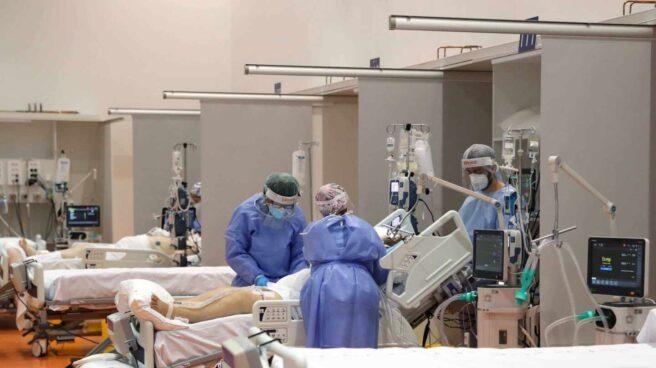 Sanitarios del Hospital Universitario Central de Asturias (HUCA), en Oviedo, atienden a pacientes graves afectados por coronavirus.