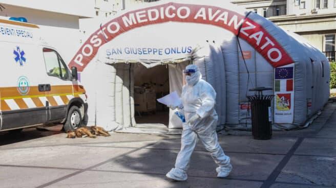 Un trabajador sanitario, en un puesto médico en Palermo, Sicilia.