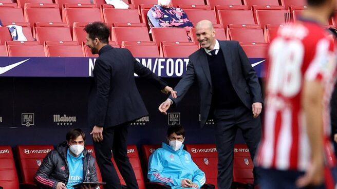 Simeone y Zidane se saludan tras el derbi en el Wanda Metropolitano.