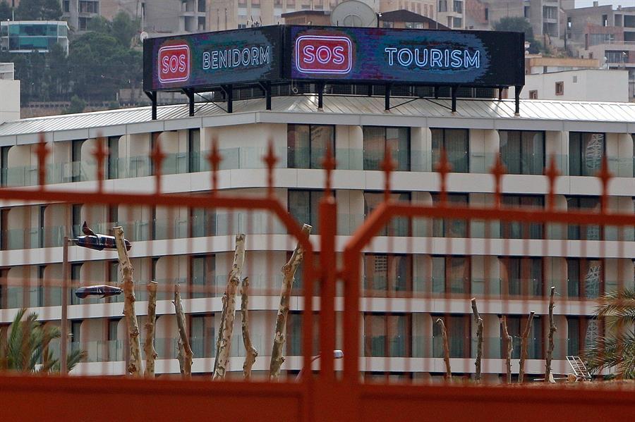 Un hotel con el lema 'SOS Benidorm, SOS Tourism', en la localidad alicantina.