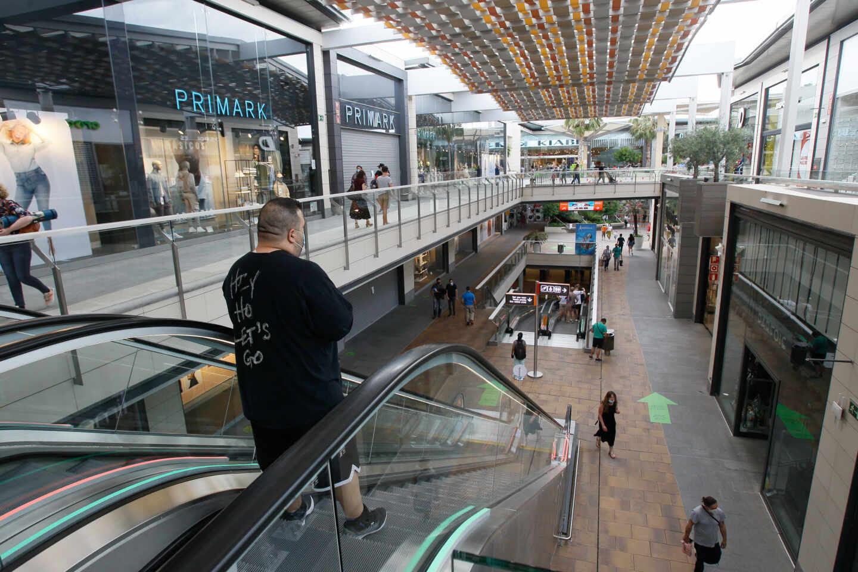 Varias personas compran en el Centro Comercial FAN de Palma de Mallorca.