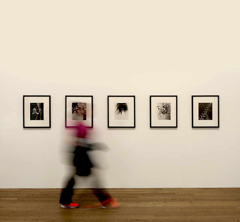 Una ciudadana, en una galería.