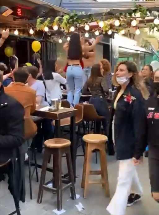 Terraza en Tel Aviv (Israel) llena de gente durante la pandemia del coronavirus